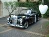 Hochzeitsauto mit weißem Ballon